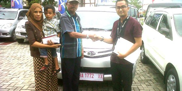 Foto Penyerahan Unit 1 Sales Marketing Mobil Daihatsu Padang Aded