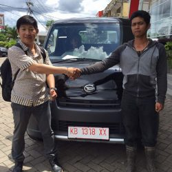 Foto Penyerahan Unit 11 Sales Marketing Mobil Dealer Daihatsu Pontianak Riyanto