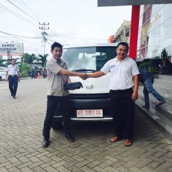 Foto Penyerahan Unit 3 Sales Marketing Mobil Dealer Daihatsu Pontianak Riyanto