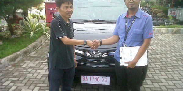 Foto Penyerahan Unit 4 Sales Marketing Mobil Daihatsu Padang Aded