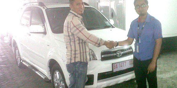 Foto Penyerahan Unit 5 Sales Marketing Mobil Daihatsu Padang Aded