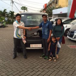 Foto Penyerahan Unit 9 Sales Marketing Mobil Dealer Daihatsu Pontianak Riyanto