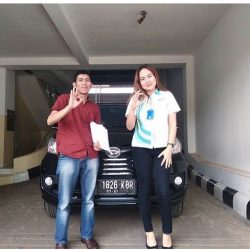 Foto Penyerahan Unit 1 Sales Marketing Mobil Dealer Daihatsu Ranti