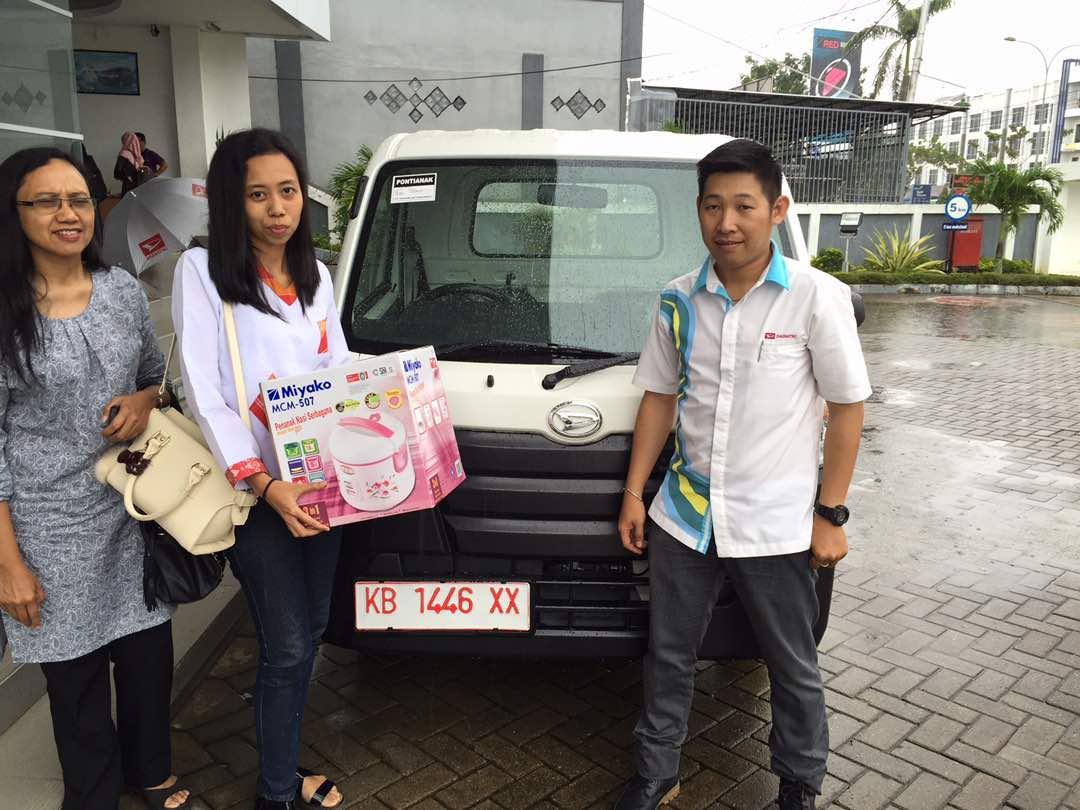 Foto Penyerahan Unit 12 Sales Marketing Mobil Dealer Daihatsu Pontianak Riyanto