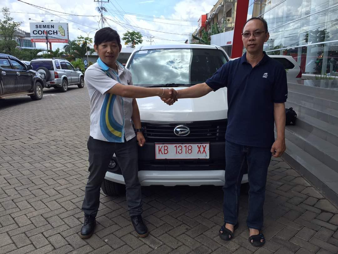 Foto Penyerahan Unit 13 Sales Marketing Mobil Dealer Daihatsu Pontianak Riyanto