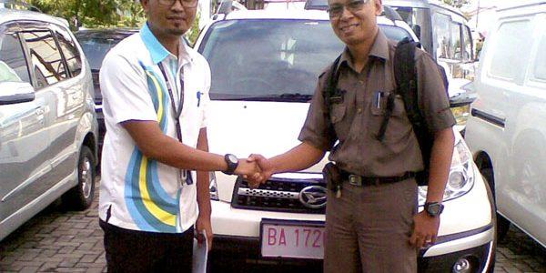 Foto Penyerahan Unit 2 Sales Marketing Mobil Daihatsu Padang Aded