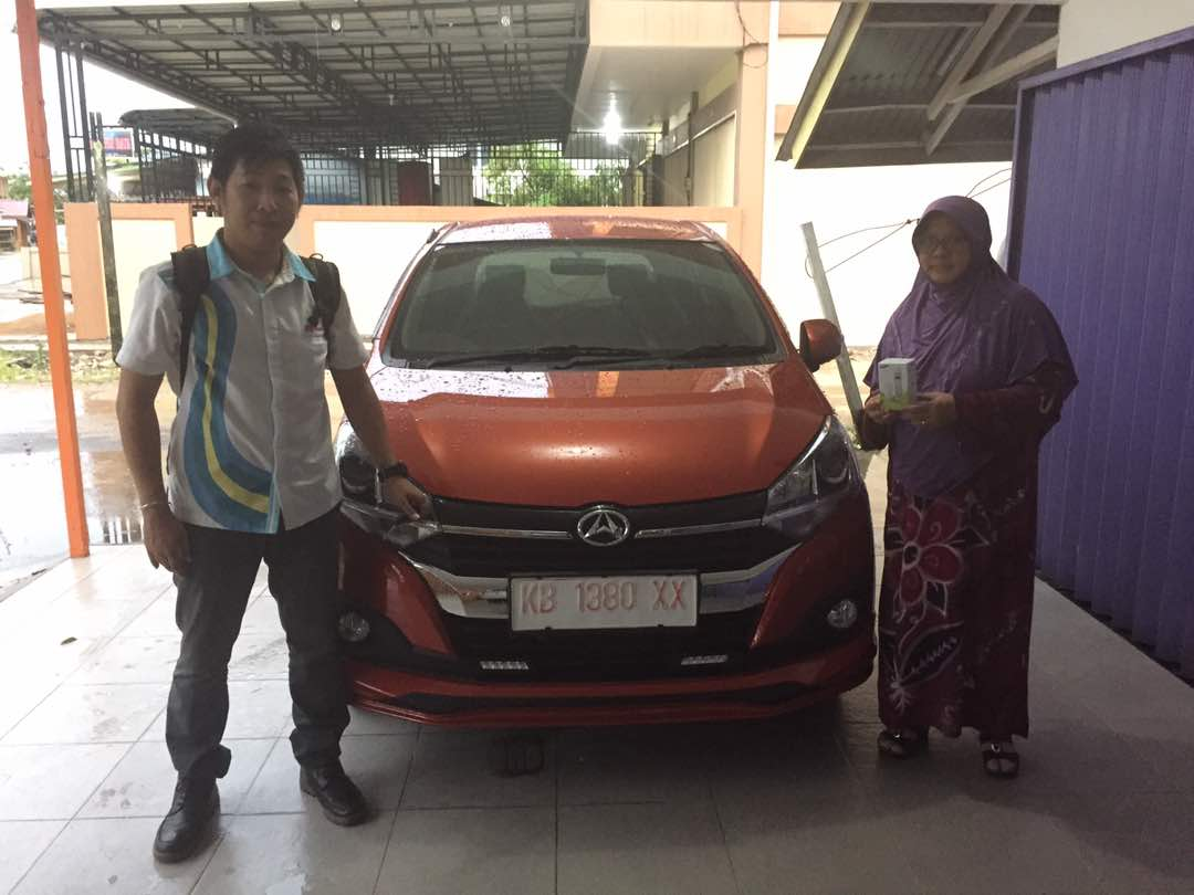 Foto Penyerahan Unit 2 Sales Marketing Mobil Dealer Daihatsu Pontianak Riyanto