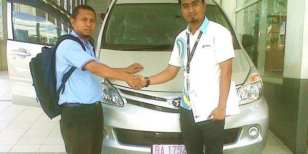 Foto Penyerahan Unit 3 Sales Marketing Mobil Daihatsu Padang Aded