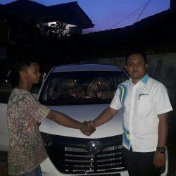 Foto Penyerahan Unit 3 Sales Marketing Mobil Dealer Daihatsu Pamulang Santos