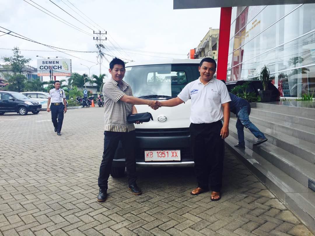 Foto Penyerahan Unit 3 Sales Marketing Mobil Dealer Daihatsu Pontianak Riyanto