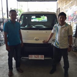 Foto Penyerahan Unit 4 Sales Marketing Mobil Dealer Daihatsu Pontianak Riyanto