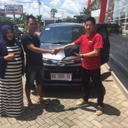 Foto Penyerahan Unit 5 Sales Marketing Mobil Dealer Daihatsu Pontianak Riyanto
