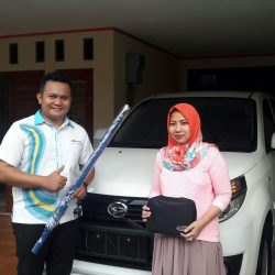 Foto Penyerahan Unit 7 Sales Marketing Mobil Dealer Daihatsu Pamulang Santos