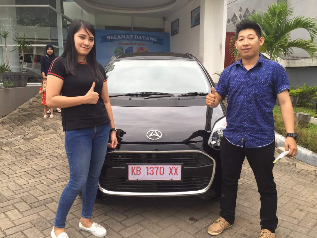 Foto Penyerahan Unit 7 Sales Marketing Mobil Dealer Daihatsu Pontianak Riyanto