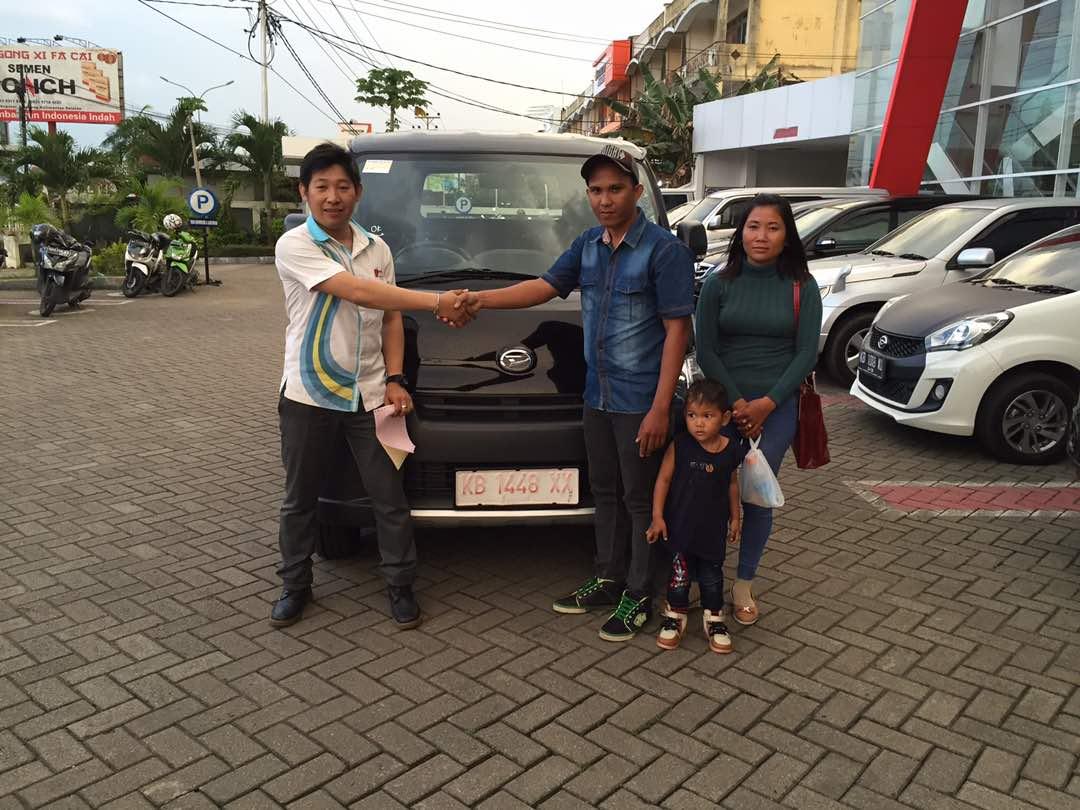 Foto Penyerahan Unit 9 Sales Marketing Mobil Dealer Daihatsu Pontianak Riyanto